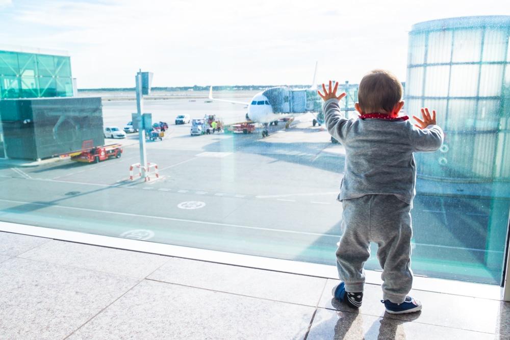 Consejos y trucos para viajar con un bebé en avión por primera vez