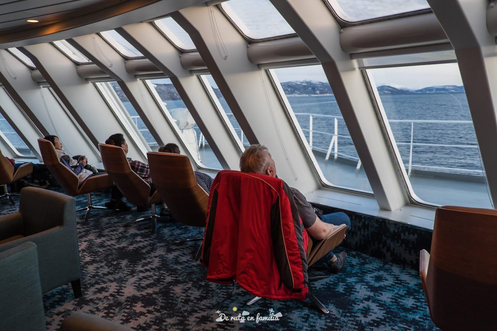 ir de tromso a las islas lofoten con el barco hurtigruten