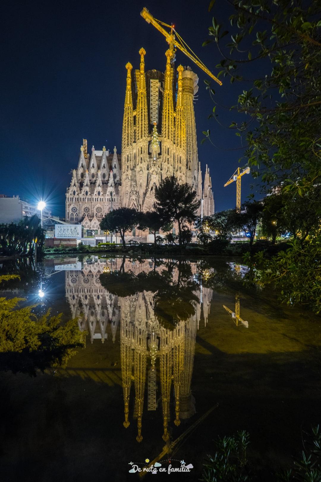 Sagrada Familia de Barcelona de noche