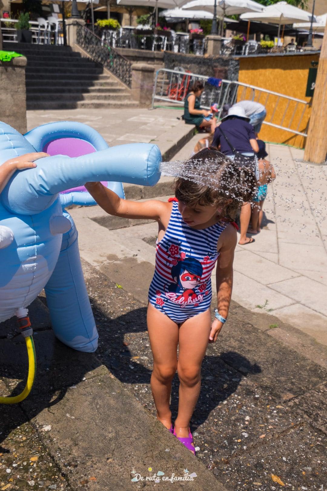 Splash. Fiesta del agua en el Poble Espanyol de Barcelona