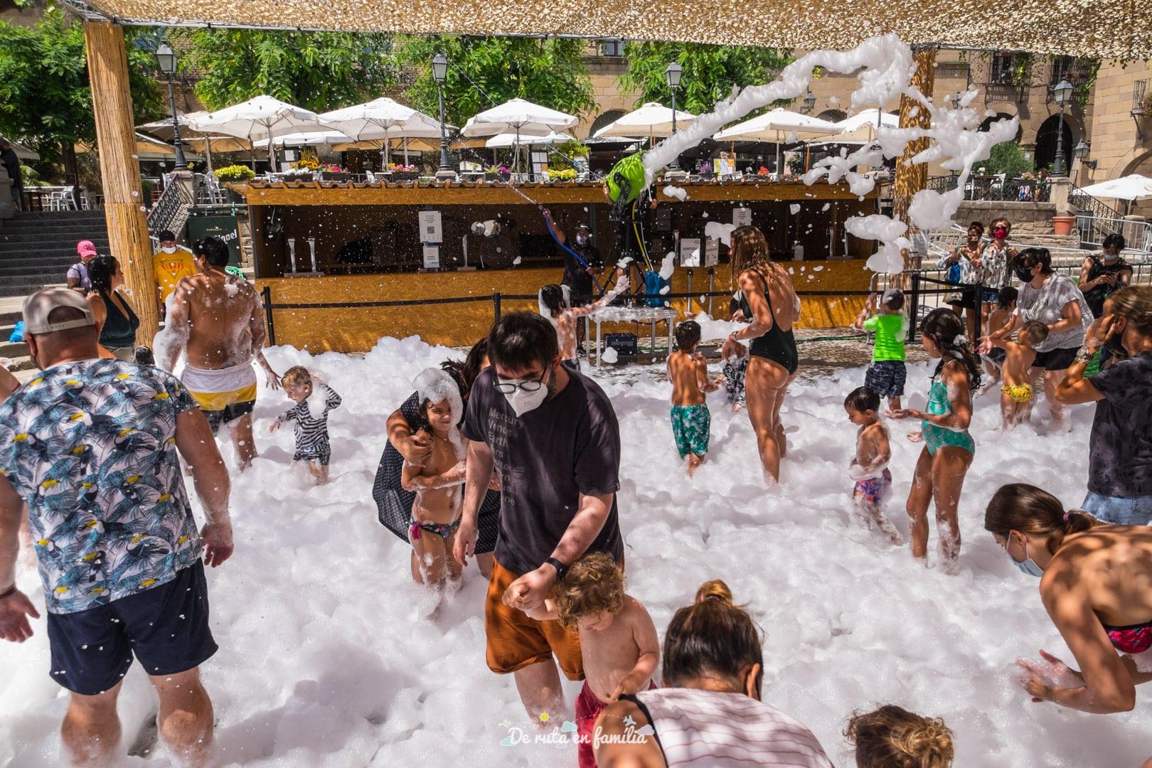 Splash. Fiesta de la espuma en el Poble Espanyol de Barcelona